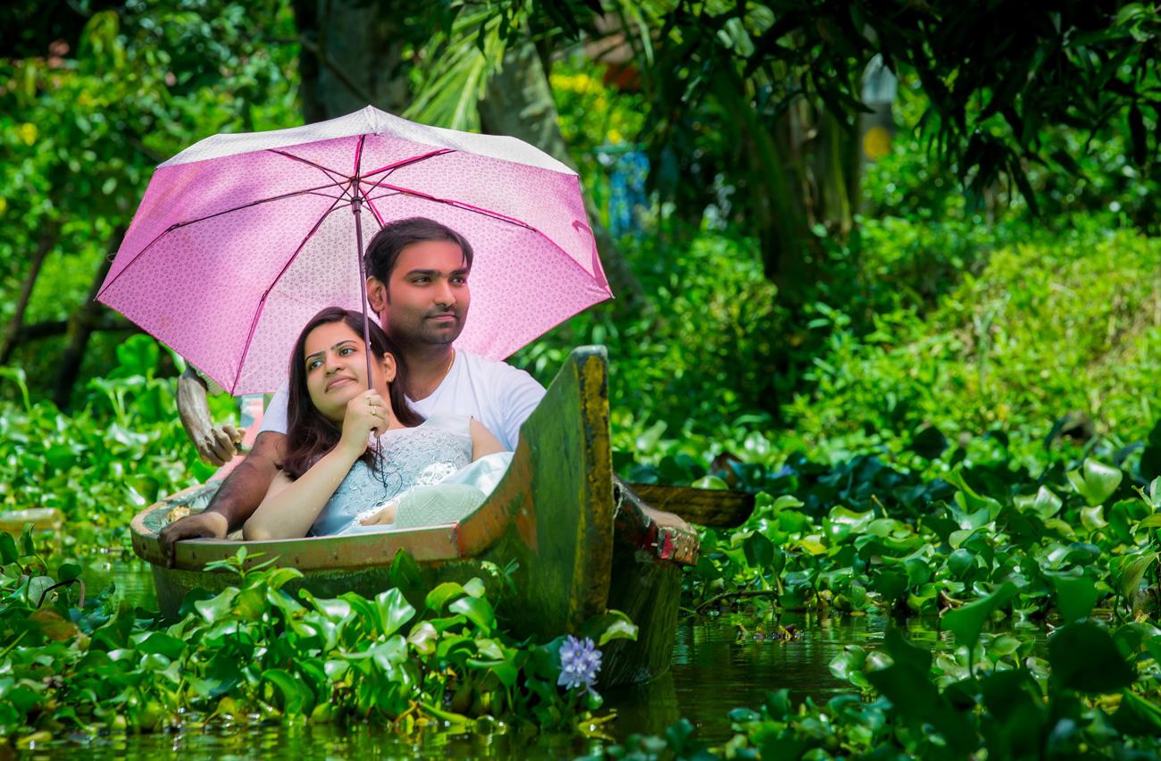 pre-weddings-vshoot-candid-umbrella-pose-boat-smile-romance